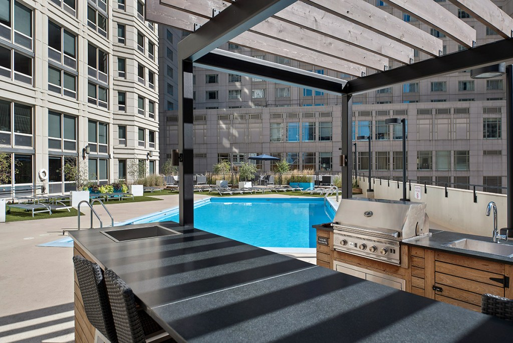 750 N Rush Swimming Pool Exterior Chicago Apartments River North - 3