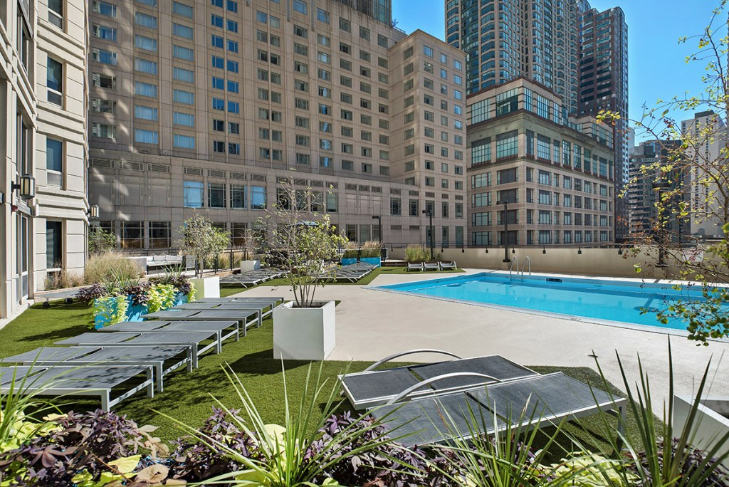 750 N Rush Swimming Pool Exterior Chicago Apartments River North - 1