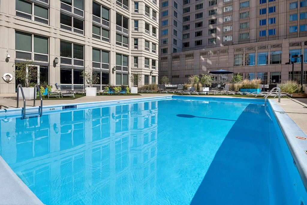 750 N Rush Swimming Pool Exterior Chicago Apartments River North - 2
