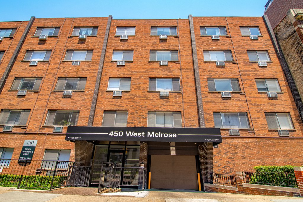 Chicago Apartments, Lakeview, 450 W Melrose Entrance