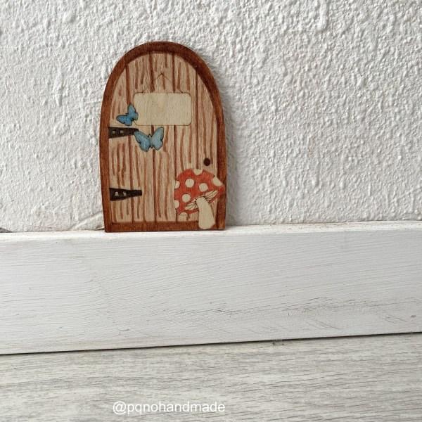 Puerta del Ratoncito Pérez o Hada de los Dientes con seta y dos mariposas para pintar manualidades y montar sobre zocalo pintada manualidades