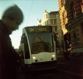 Koninklijk paleis gereflecteerd in tram. Kodak Duaflex II met Lomography X-Pro Slide 200
