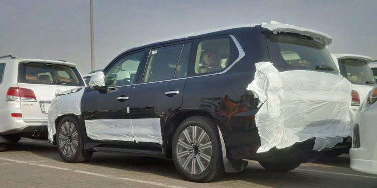 Refreshed 2016 Lexus LX 570 spied