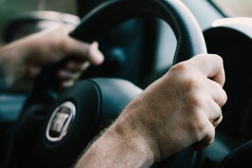 How to hold a steering wheel