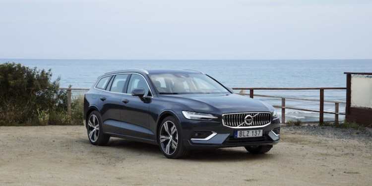 2018 Volvo V60 static front three-quarters