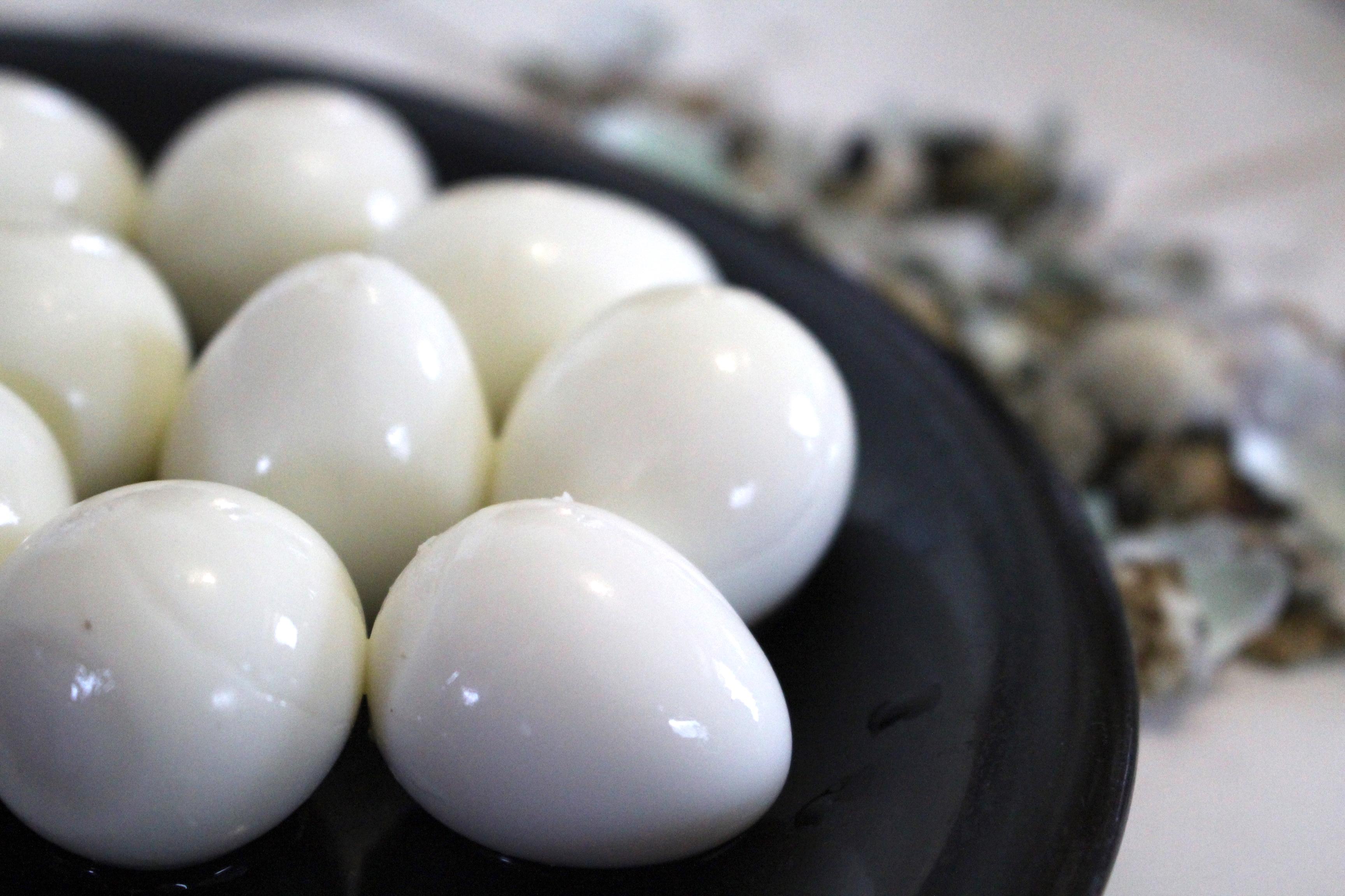 Peeled quail eggs for pickling