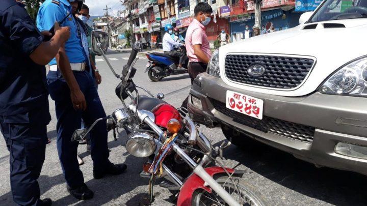 सरकारी गाडी ठक्करबाट मोटरसाइकल चालक घाइते