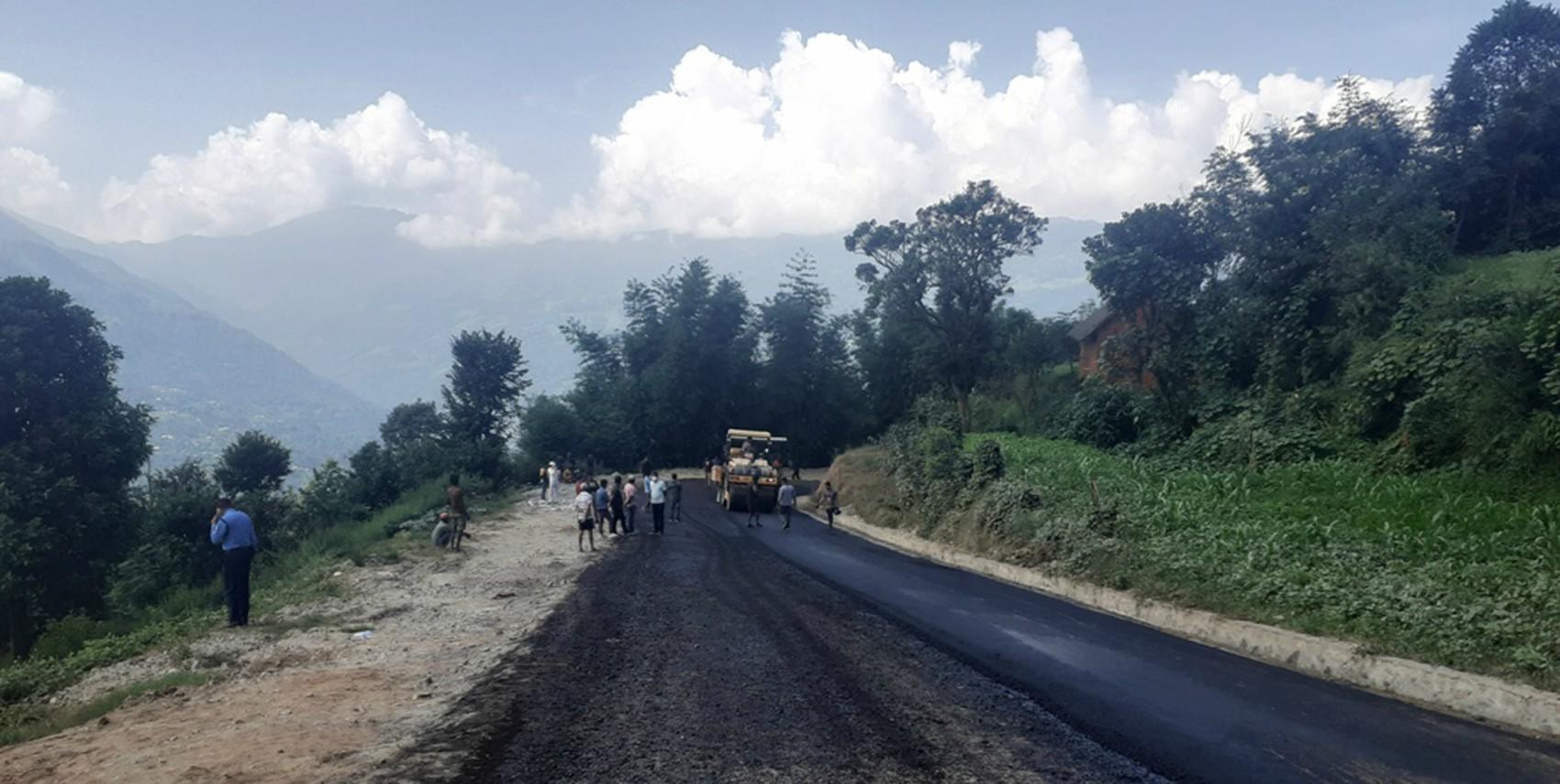 प्रदेश सरकारको लगानीमा भोजपुर– टक्सार सडक कालोपत्रे शुरु