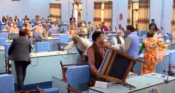 राजधानी विवाद : प्रदेश ५ को संसदमा प्रतिपक्षी दल नेपाली काँग्रेसद्वारा तोडफोड