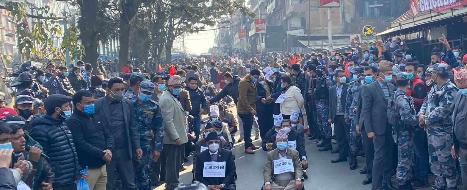 नेपाल र प्रचण्ड प्रधानमन्त्रीको कदमविरुद्ध सडकमा (फोटो)