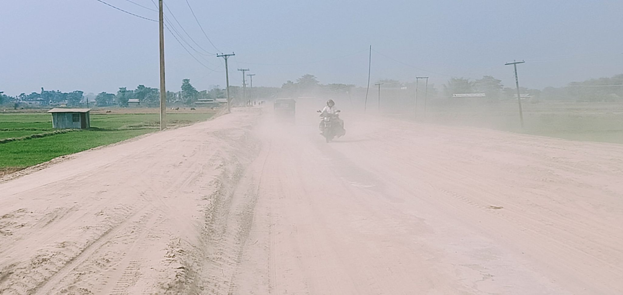 हुलाकी राजमार्गः विराटनगर–आमबाडी सडक धुलाम्मे बन्दा यात्रामा सकस (फोटो)