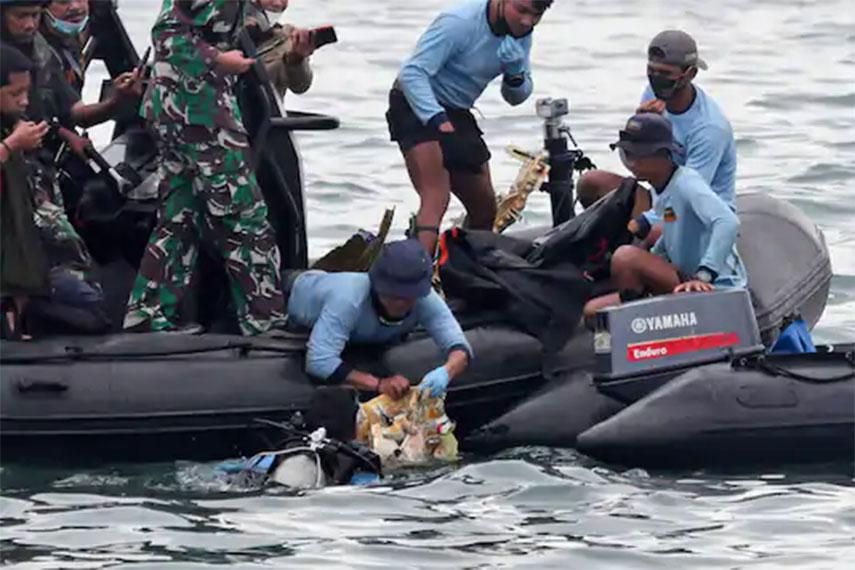 विमान दुर्घटनाः इन्डोनेसियाली उद्धारकर्ताले मानव अवशेष फेला पारे