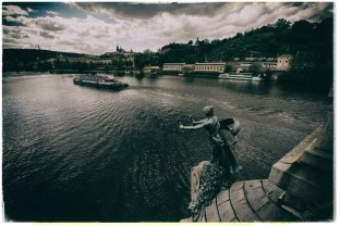 """Čechův most, entworfen von Jan Koula (1905-1908) und benannt nach dem Dichter Svatopluk Čech, ist sie die einzige Jugendstil-Brücke in Prag. Literarische Berühmtheit erlangte sie durch """"Das Urteil"""" von Franz Kafka. Georg Bendemann stürzt sich am Ende der Erzählung von dieser Brücke (Kamera: Nikon D700, Nikon 14-24mm)."""