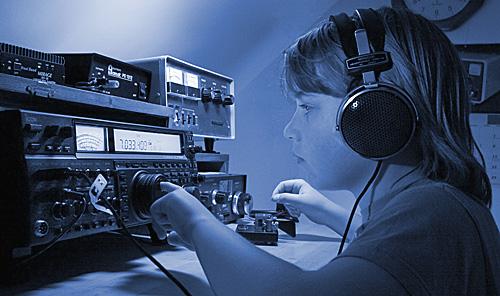 Radioamatérská činnost, radioamatérské vysílání přes satelit.