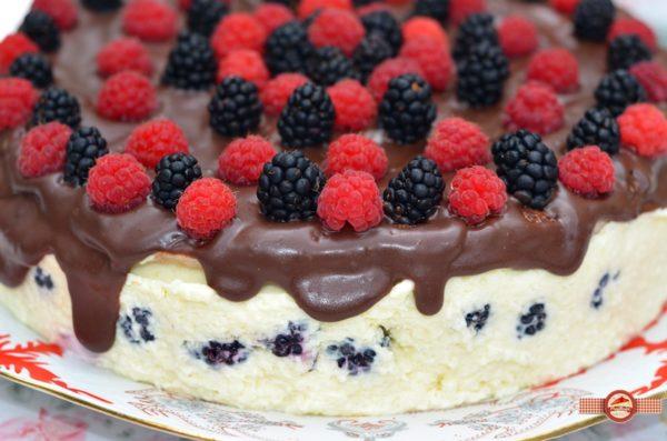 tort cu mouse de ciocolata alba si mure1
