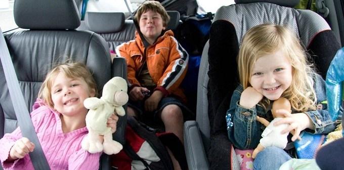 τα παιδια στο αυτοκινητο