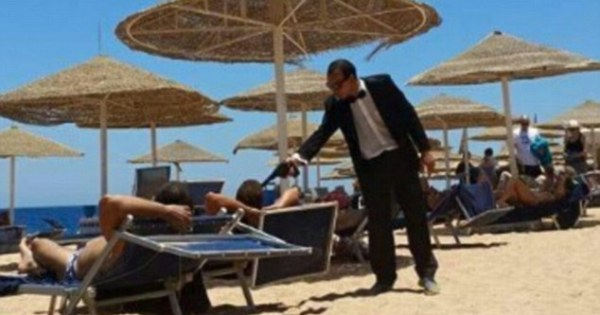 Shocking: Egyptian Waiter Aims Fake Gun at Tourists as a Joke after Tunisian Massacre