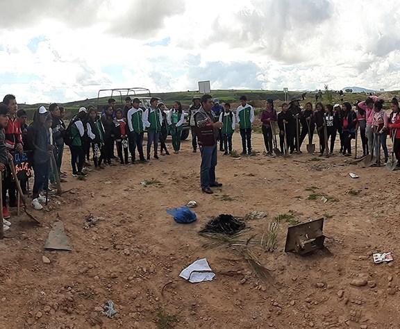 Bolivia: Estudiantes convierten botadero municipal en un área ecológica
