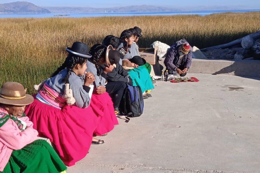Jóvenes de la península de Chucuito-Sukawa realizaron una ofrenda ritual al Lago