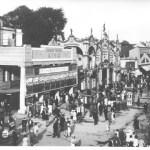 """v.l.n.r.: Circus Busch Kino und die Grottenbahn """"Zum Lindwurm"""" Ausstellungsstraße 137 (heute Ausstellungsstraße), 1886"""