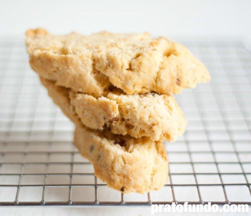 Biscoitinho de Queijo e Bacon Crocante por PratoFundo.com