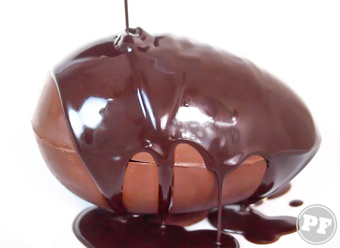 Ovo Mágico e Calda de Chocolate Quente via PratoFundo.com