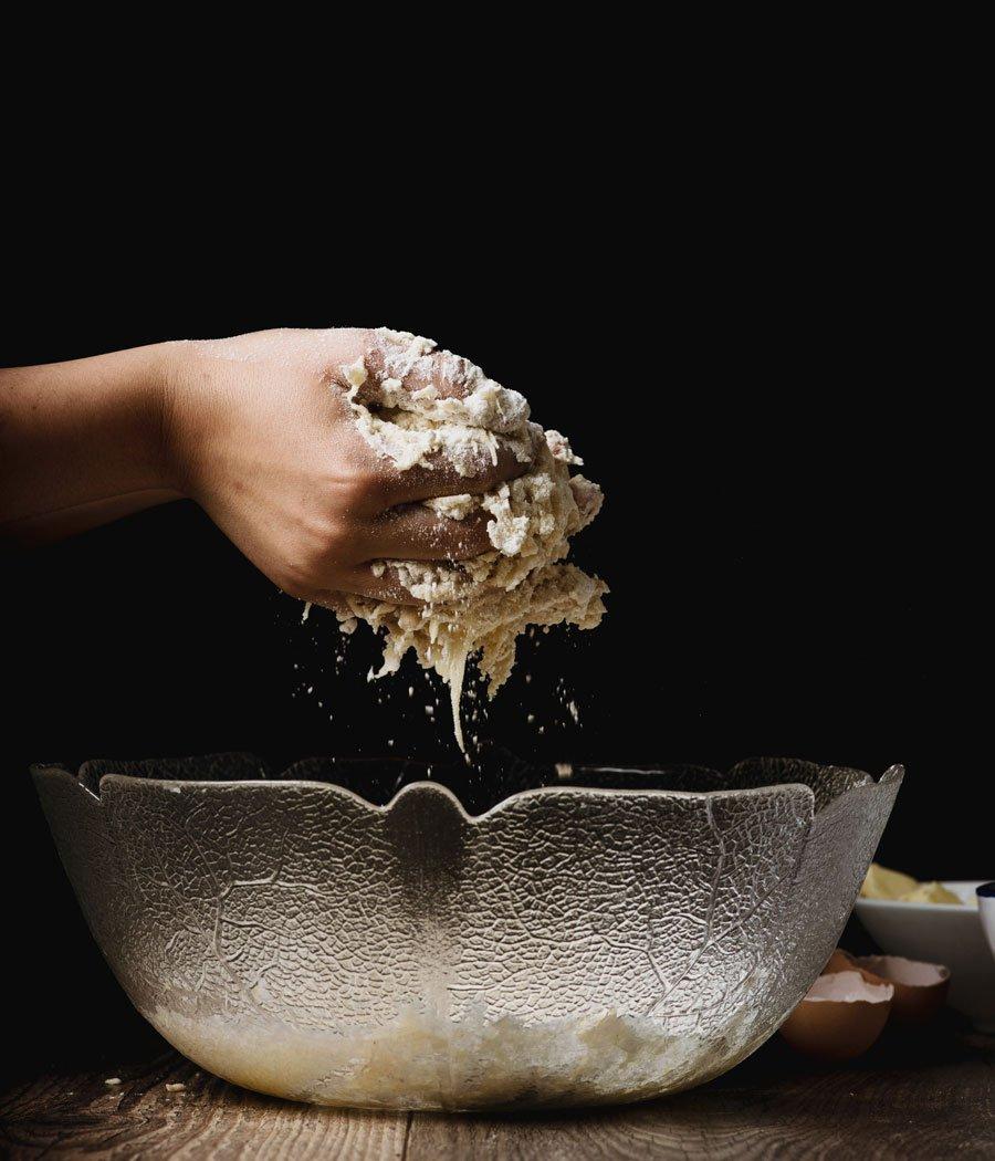 Fermentação: mãos misturando ingredientes
