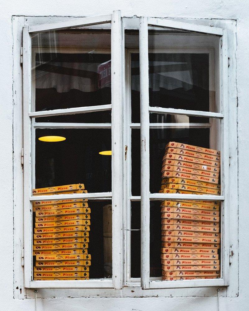 Caixas de pizza vista por uma janela alta