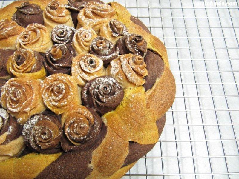 Pão decorativo assado colorido com cacau e açafrão, flores em destaque