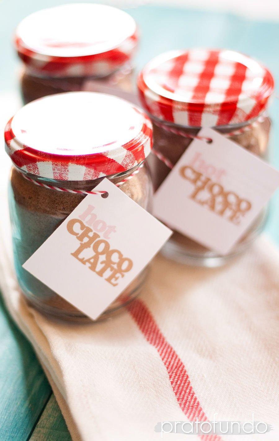 Pote de vidro com preparado de chocolate quente sobre pano de prato