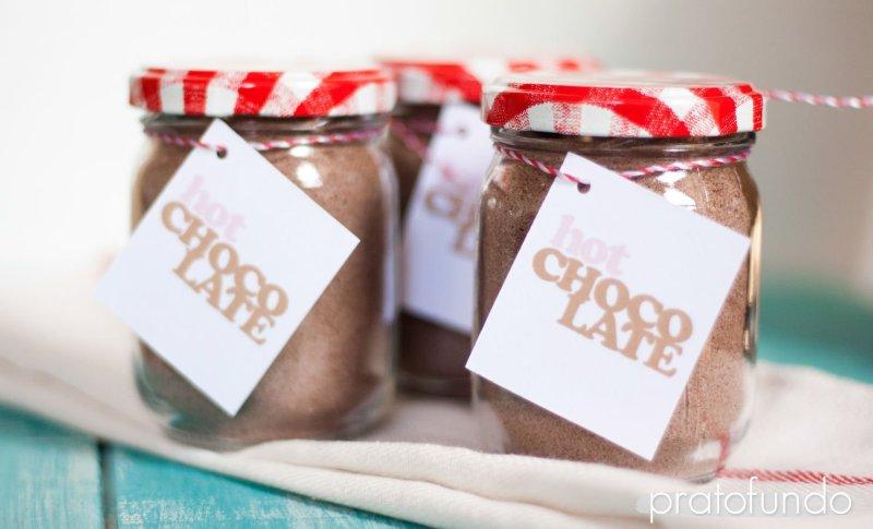 Preparado de chocolate quente dentro de pote