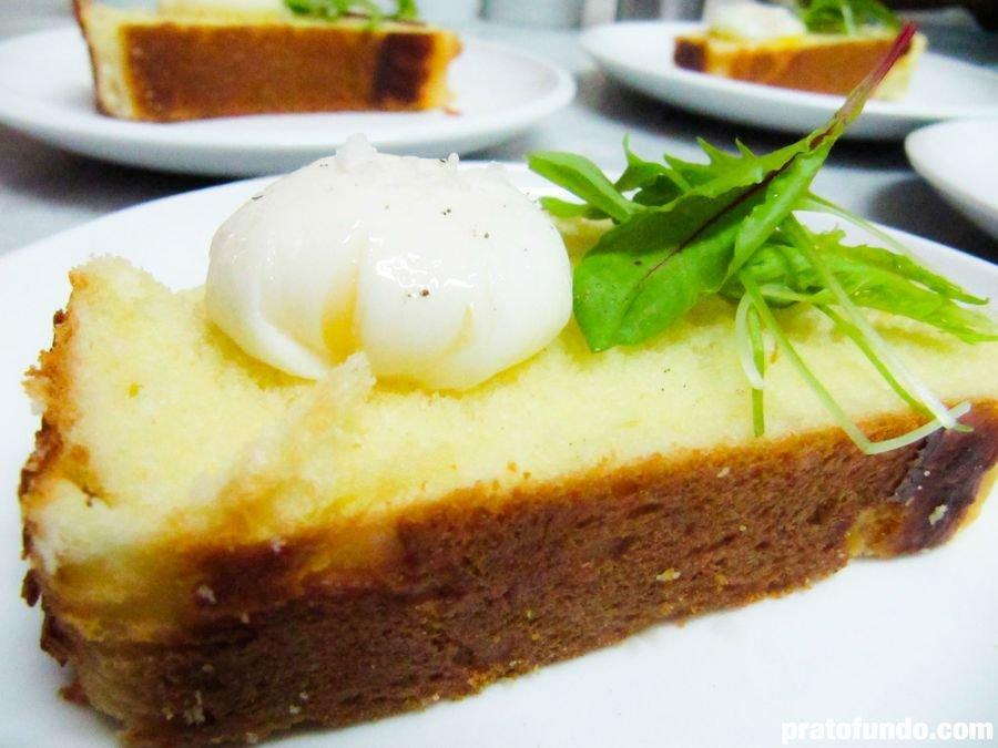 Fatia de pão com um ovo poché em cima