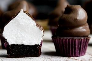 Cupcake de Chocolate com Cobertura de Marshmallow por PratoFundo.com