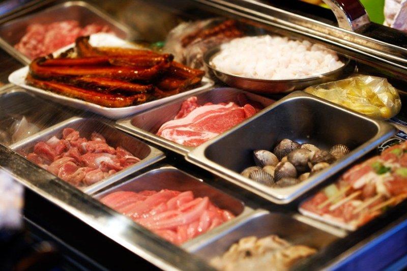 Recipientes com diversos ingredientes separados para preparo de comida, em francês é mise en place.