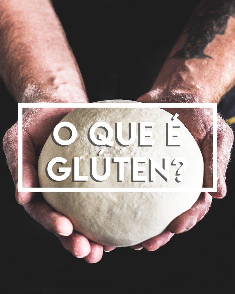 Mãos segurando uma massa de pão