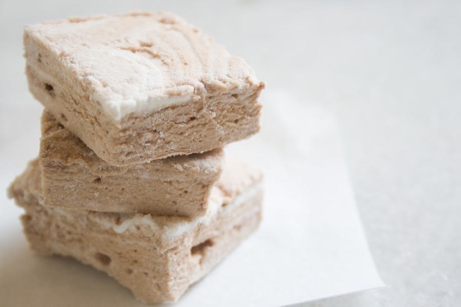 Marshmallow Mesclado de Chocolate em destaque sobre mármore