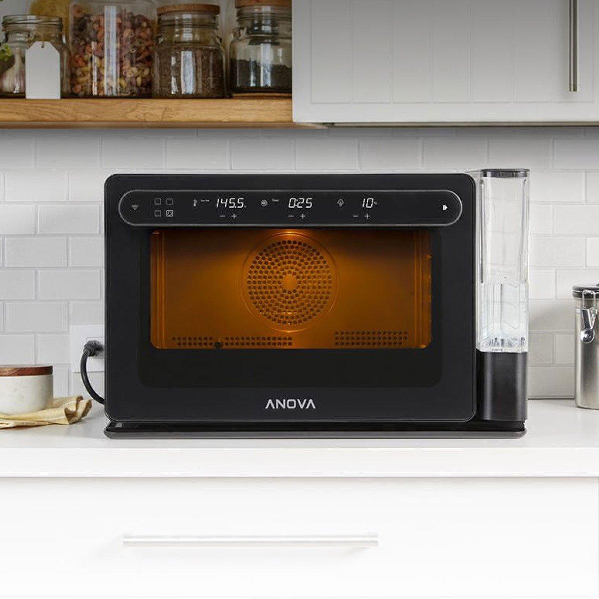 Forno Anova Precision Oven sobre uma bancada de cozinha