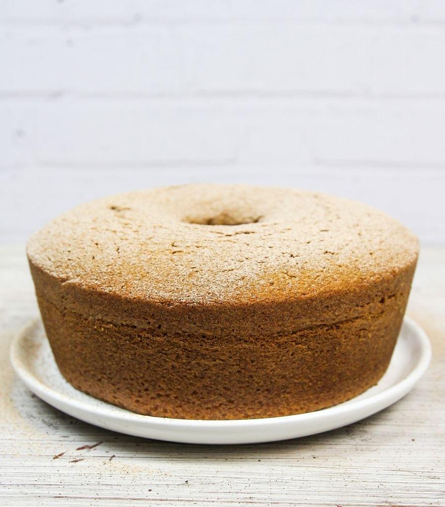 bolo de canela simples sobre prato em uma mesa
