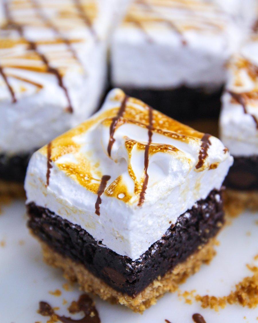 Fatia de Bolo de Chocolate Crocante Marshmallow Tostado