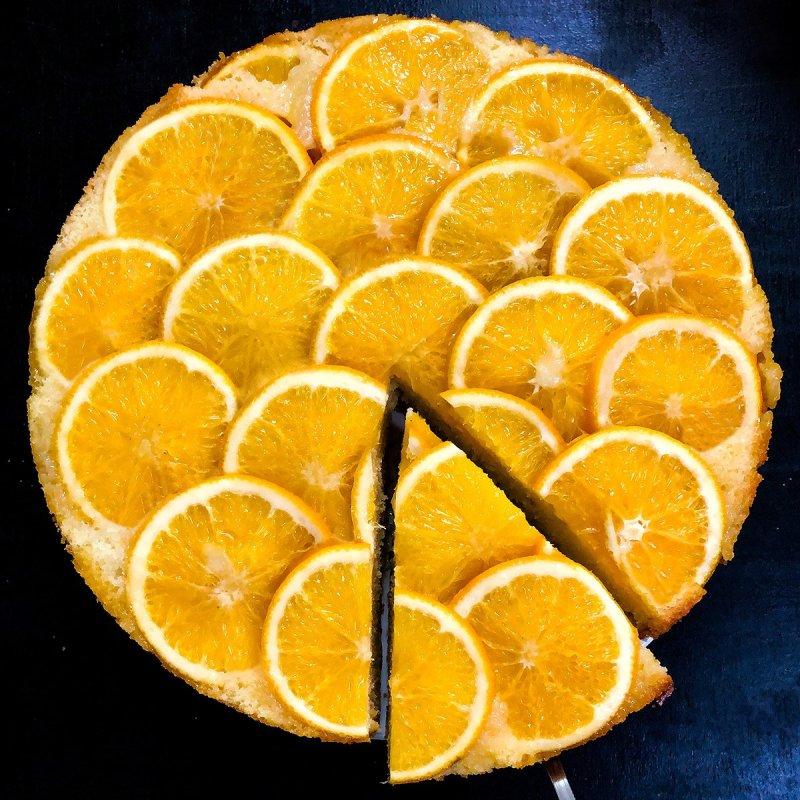 Bolo de Laranja Invertido com as rodelas de laranja cobrindo o topo.