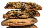 Cookie de chocolate partido ao meio em close