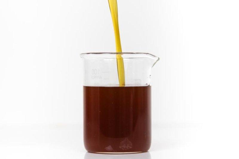 Xarope de refrigerante dentro de um copo