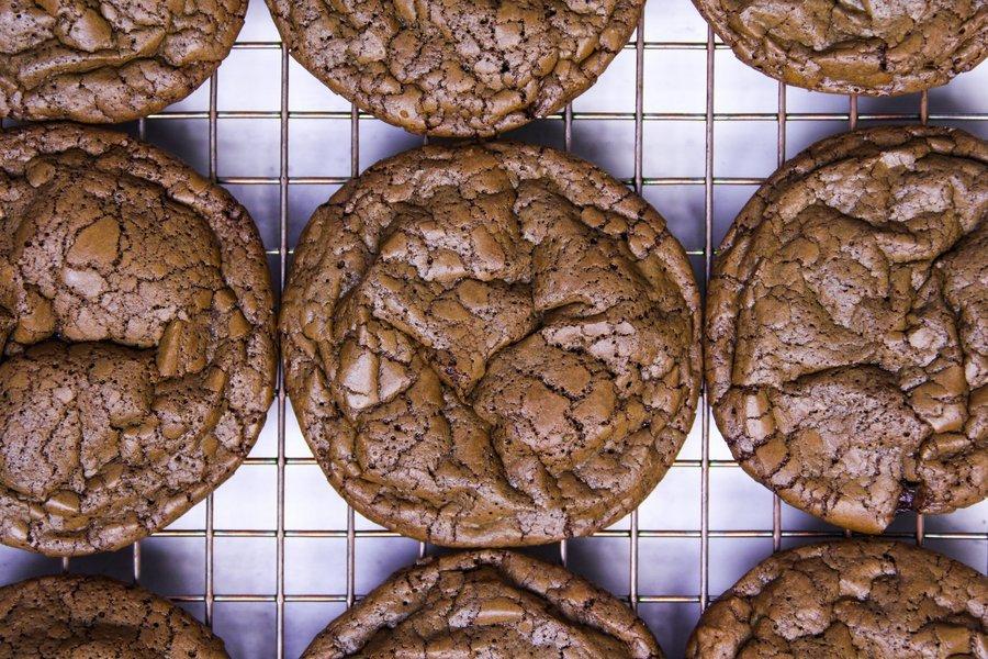 Cookie de chocolate sobre grade