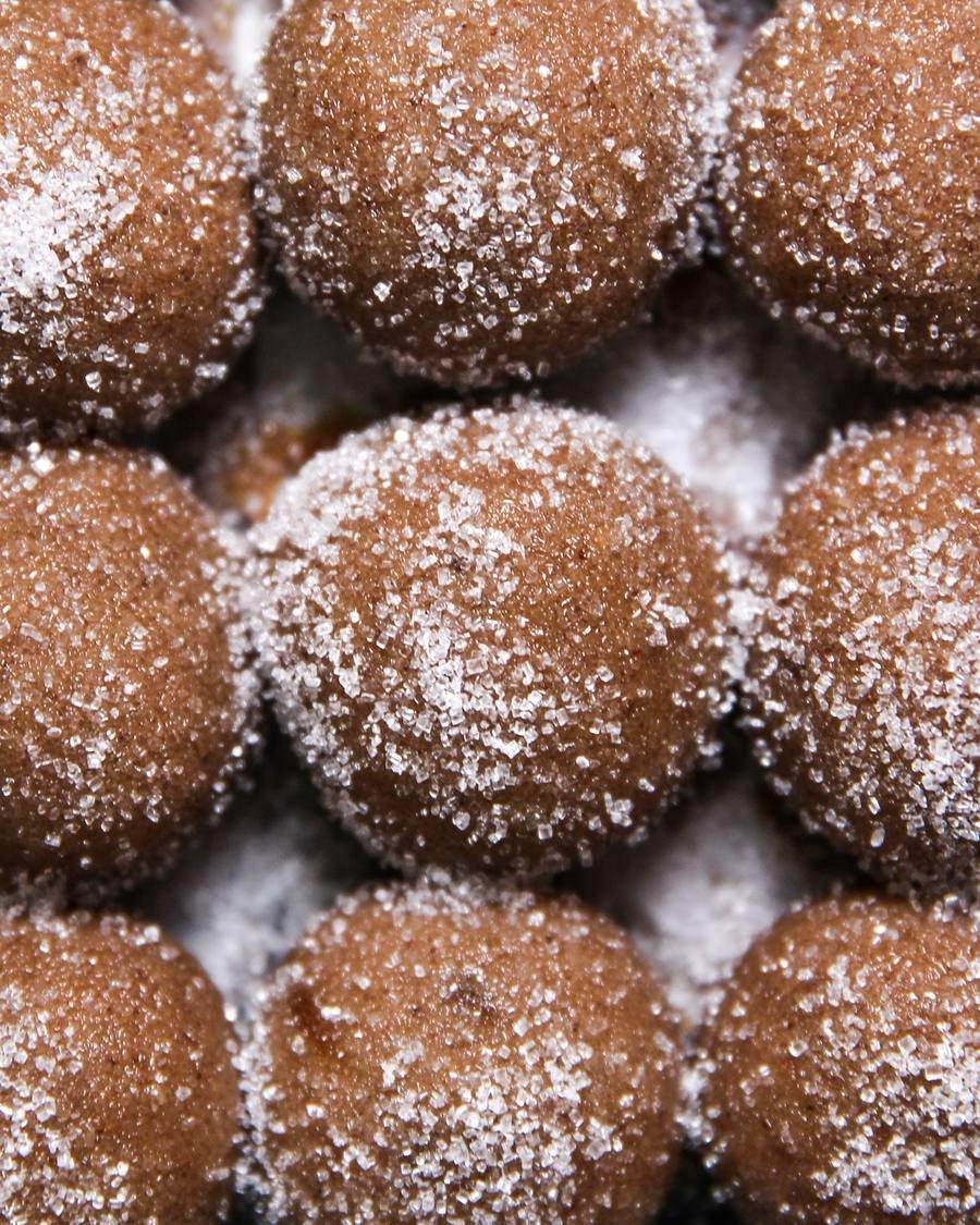 Bolinha de Cookie de gengibre vegano cobertos de açúcar