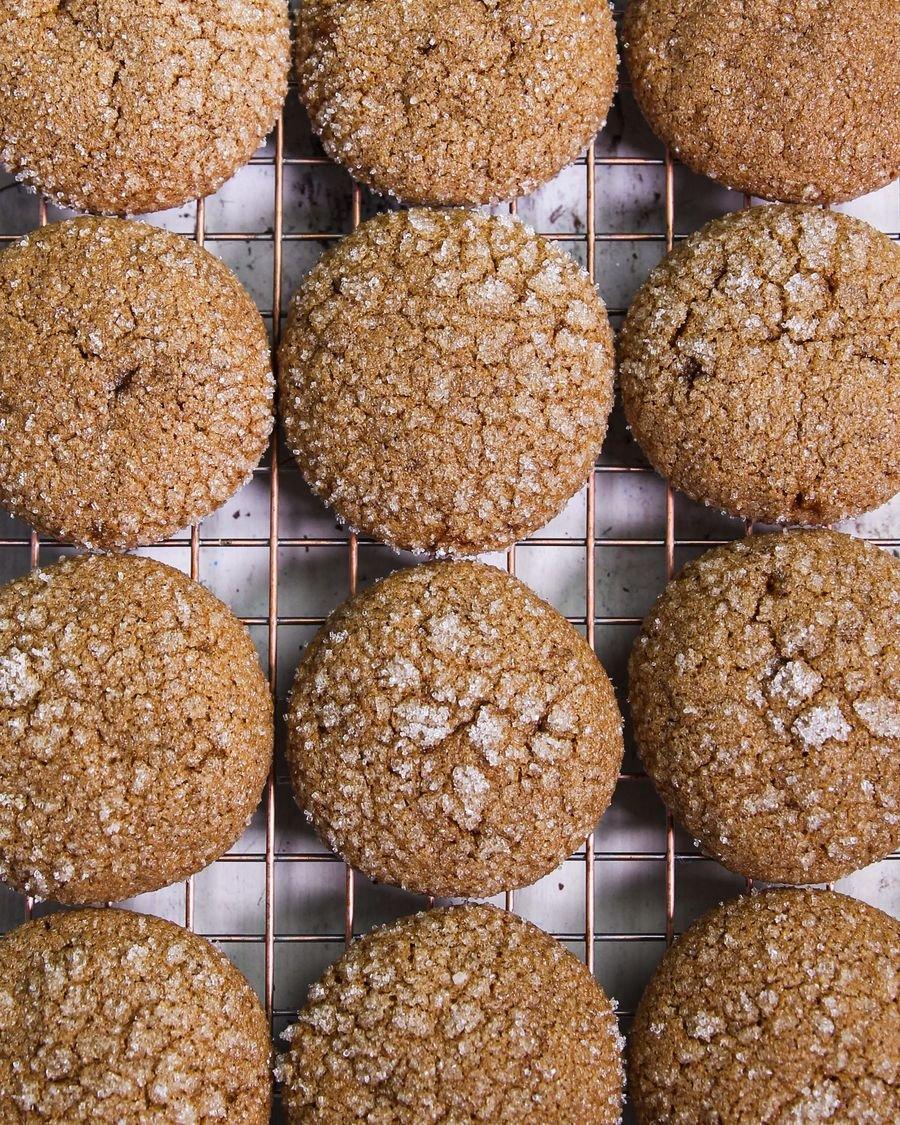 Cookie de gengibre vegano sobre uma grade de metal