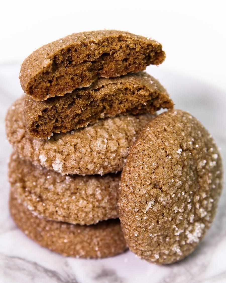 Cookie de gengibre vegano empilhdos