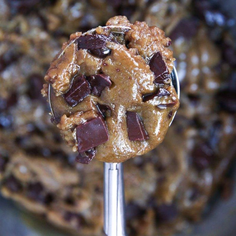 Massa de cookie crua dentro de uma colher