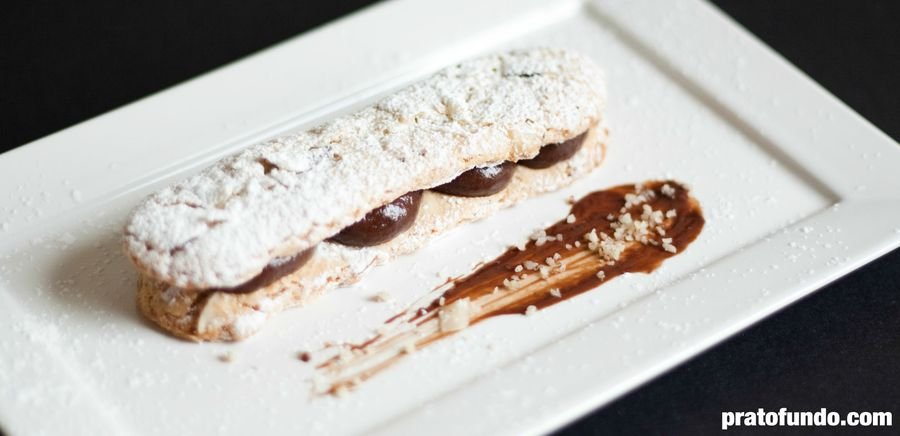 Dacquoise de Castanha e Chocolate sobre um prato branco
