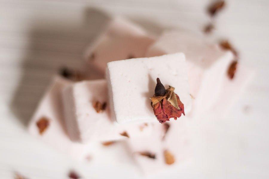 Marshmallow de Champagne visto de cima com uma rosa seca em cima