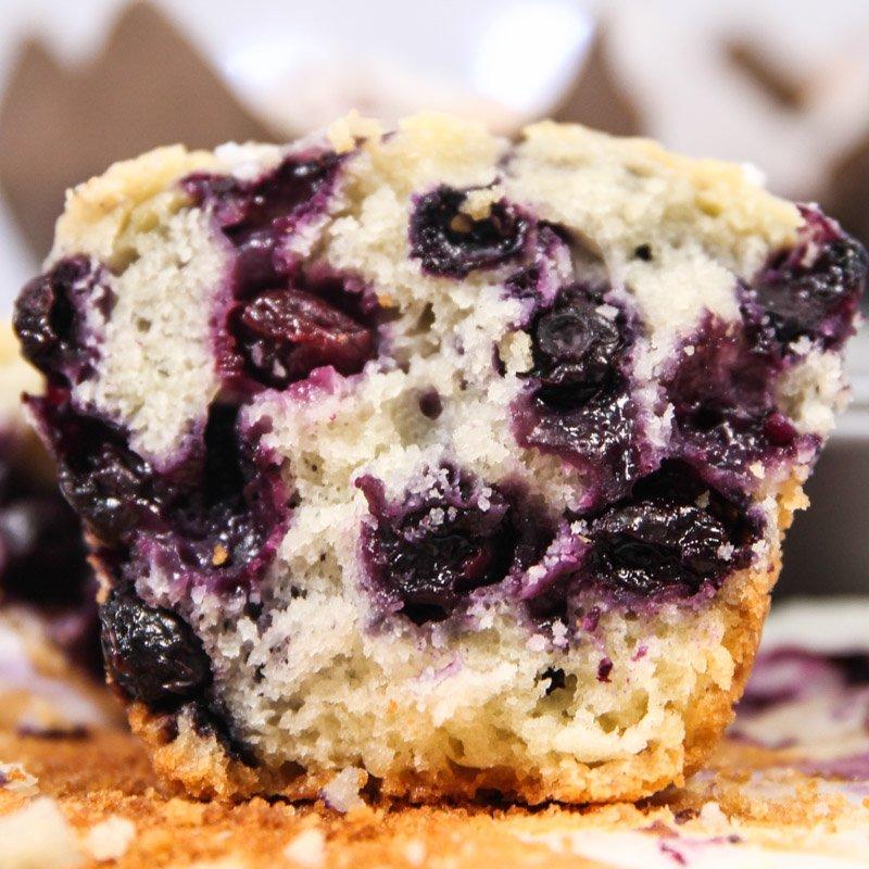 Muffin de Mirtilo e Iogurte aberto mostrando os mirtilos